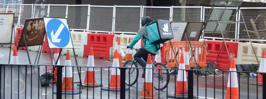 Fahrradkurier des OnlineLieferdienstes Deliveroo in Birmingham.