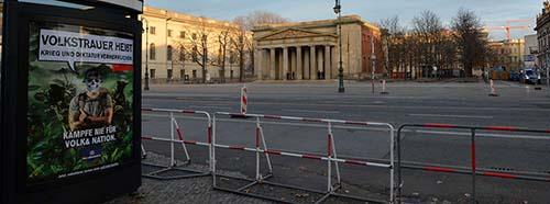 Adbusting Aktion bei der neuen Wache am Boulevard «Unter den Linden» in Berlin.