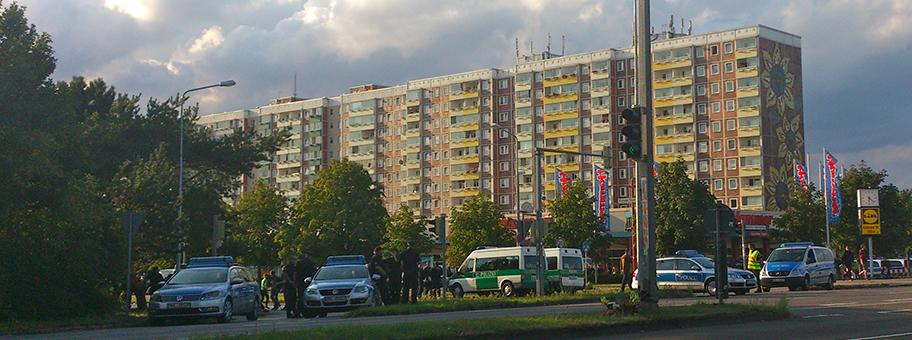Das Sonnenblumenhaus in RostockLichtenhagen: Noch während der rassistischen Gewaltorgie im August 1992 warnte Bundesinnenminister Rudolf Seiters vor einem «unkontrollierten Zustrom» von Asylbewerberinnen.