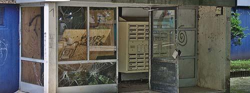 Zertrümmerter Eingangsbereich des (zum Aufnahmezeitpunkt nicht mehr bewohnten) Wohnblocks Am Wollepark 1, Delmenhorst, Niedersachsen.
