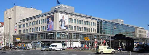 Das Warenhaus Karstadt am Hermannplatz, Hasenheide 16 (links), in BerlinKreuzberg.