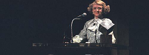 """Bette Davis, hier an der Filmex Tribute 1981, spielt in dem Film """"Was geschah wirklich mit Baby Jane?"""" den ehemaligen Kinderstar Baby Jane."""
