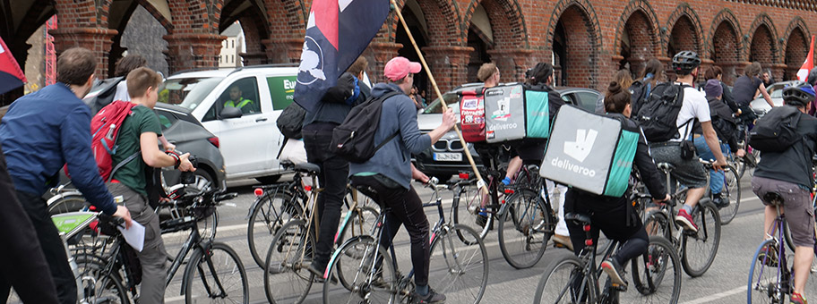 Black FridayDemonstration gegen die Arbeitsbedingungen beim Essenslieferdienst Deliveroo in Berlin, April 2018.