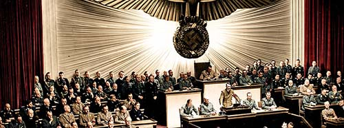 Reichskanzler Adolf Hitler während seiner Rede vor dem Reichstag zur Kriegserklärung an die Vereinigten Staaten, Dezember 1941.