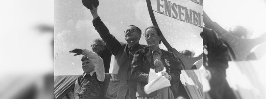 Der Wagen des Berliner Ensembles mit Bertolt Brecht und Helene Weigel, 1.