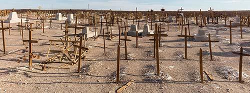 Holzkreuze auf einem Friedhof der ehemaligen Salzmine Rica Aventura im Norden von Chile.