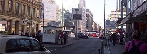 Der ehemalige Grenzübergang Checkpoint Charlie in Berlin.