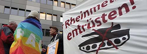 """Vor der Zentrale der Rheinmetall AG, Düsseldorf am 26.10.2012 Kampagene """"Aktion AufschreiStoppt den Waffenhandel""""."""