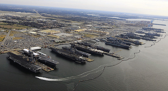 Die grösste Marinebasis der Welt. Der Stützpunkt 'Norfolk Naval Base' der United States Navy in Norfolk, Virginia, USA.