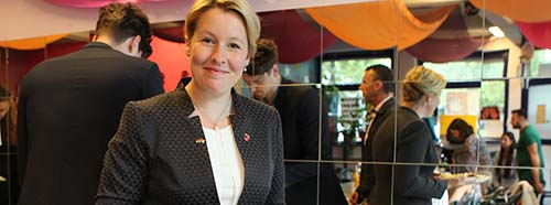 Die SPolitikerin Franziska Giffey am Buffet, August 2016.