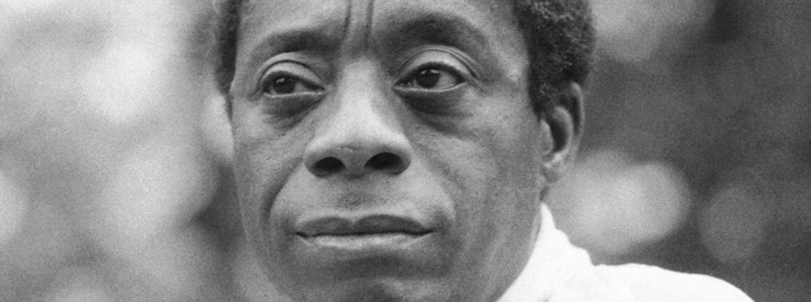 James Baldwin vor dem Albert Memorial in London.