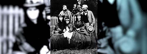 Karl Marx (recht im Bild) mit seinen Töchtern, 1860.