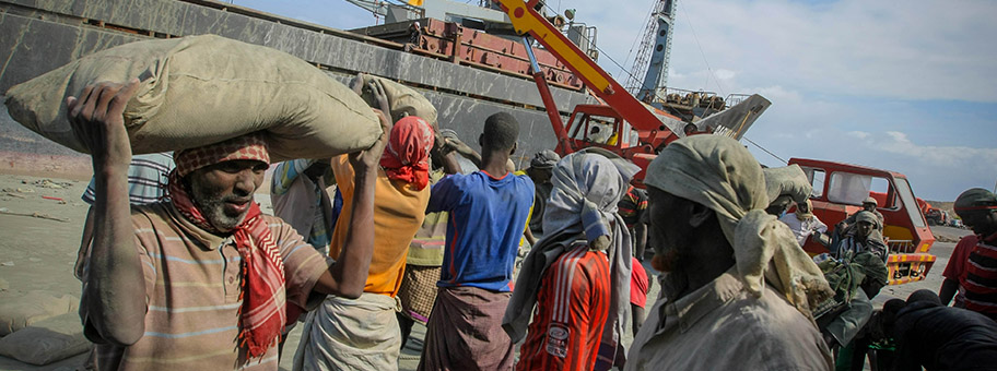 Hafenarbeiter in Mogadischu, Somalia.