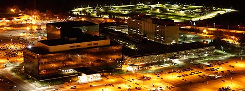 Luftaufnahme des Hauptquartiers der National Security Agency (NSA) in Fort Meade, Maryland, bei Nacht.