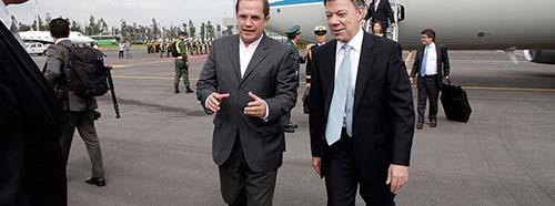 Der kolumbianische Präsident Juan Manuel Santos (rechts im Bild) auf dem Flughafen von Quito, Ecuador, Mai 2013.