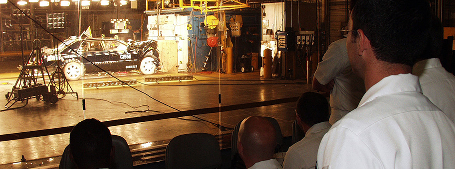 Crash Test im Naval Reserve Center von Detroit.