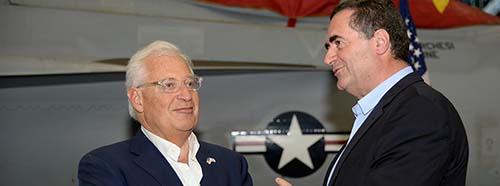 Der israelische Aussenminister Israel Katz (rechts) bei einem Besuch auf dem Flugzeugträger USS George H.