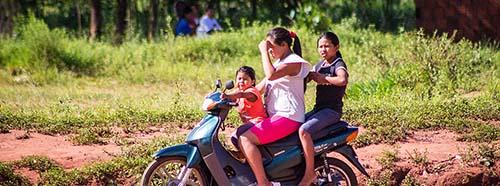 Die Guaraní Kaiowá in Brasilien leben heute in kleinen Gemeinschaften, eingeschlossen zwischen riesigen Haciendas und Soja oder Zuckerrohrfeldern.
