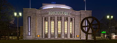 Theater «Volksbühne» am RosaLuxemburgPlatz in BerlinMitte bei Nacht.