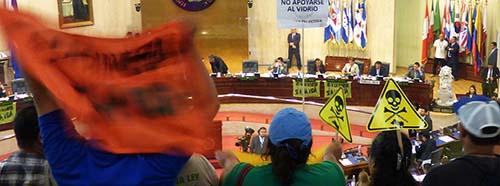 SiegessicherUmweltaktivistinnen erwarten voller Spannung die Verabschiedung des AntiBergbaugesetzes im salvadorianischen Parlament.